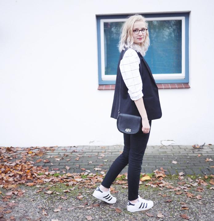 Outfit: Oxfordhemd und schwarze Weste